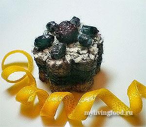 Красивые пирожные с черносливом и ягодами