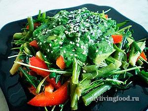 Салат из зелени с соусом из шпината