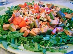 Овощной салат с авокадо под малиновым винегретом