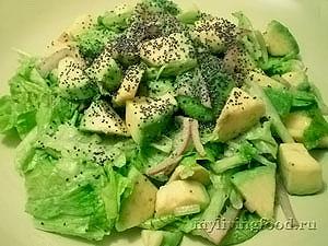 Салат из листьев салата и авокадо