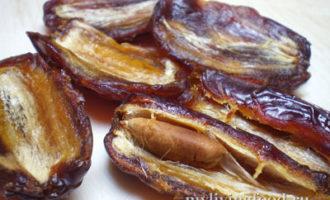 Сыроедческие банановые пирожные из королевских фиников