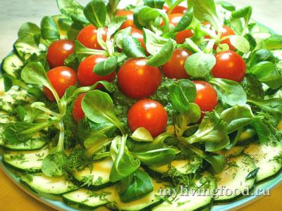 Соус из шпината с овощами на подушке из цуккини