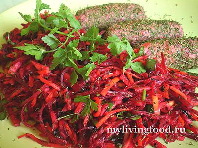 Сыроедческий свекольный салат с сосисками