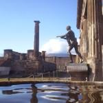 Статуя Аполлона и - немножко - Везувия в Помпеях