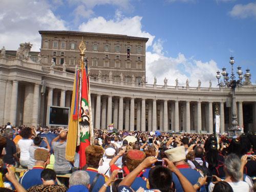 Воскресное Папское благословение на площади Св. Петра в Ватикане