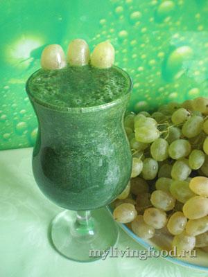 Зеленый коктейль с виноградом и спирулиной
