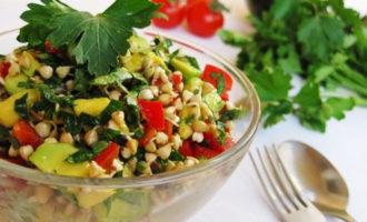 салат с соусом из проростков гречки