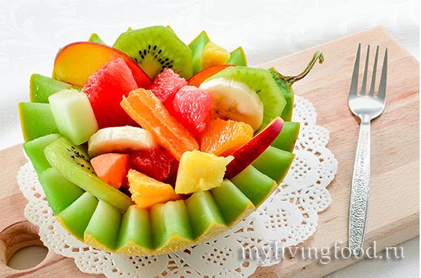 салат с дыней и ягодами